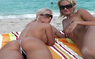 lesbo blondes at the beach licking cunt