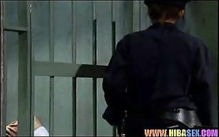 la surveillante leche et gode une detenue de 70